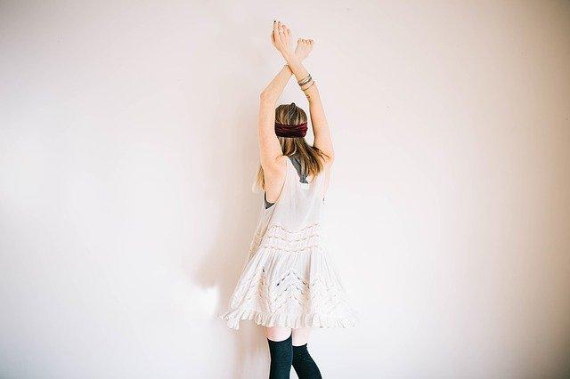 Depilarsi le braccia: come farlo? Ci sono dei metodi naturali?